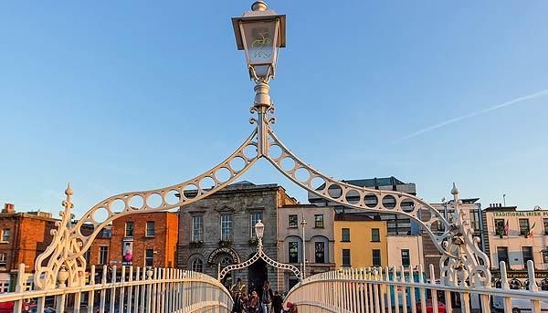 """Die Half Penny Bridge in Dublin - direkt mit dem Eingang ins Pub-Viertel """"Temple Bar"""""""