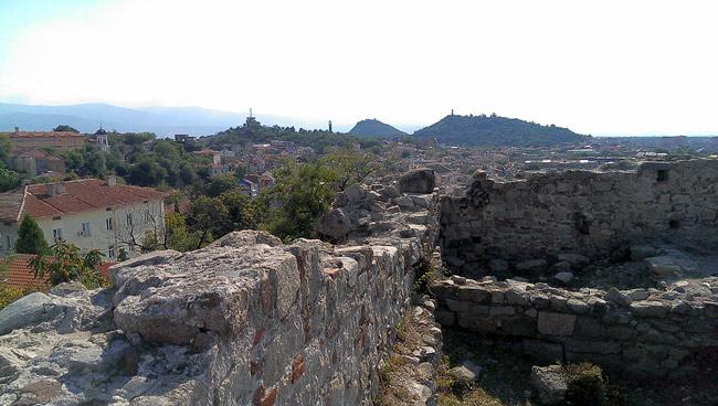 """Plovdiv, Singlereise, Bulgarien, Blick über die Stadt vom """"Tebet Tepe"""" aus. Im Hintergrund die Gebirgszüge der Rhodopen"""