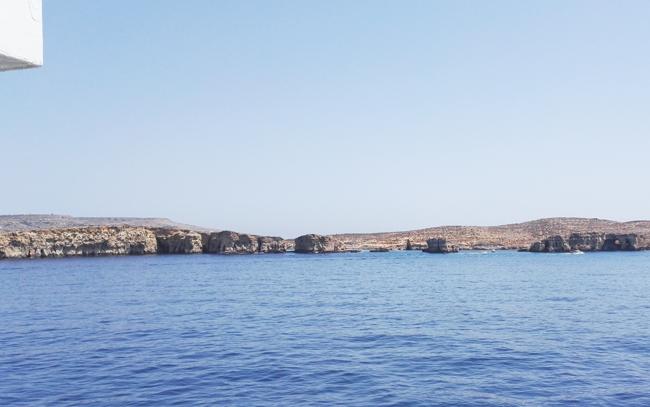 Comino mit seiner berühmten Blauen Lagune. wer dort schwimmen möchte, kann bei privaten Anbietern Touren buchen