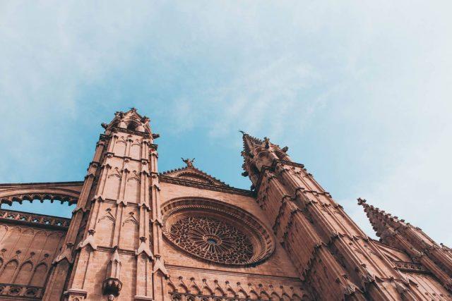 Die Kathedrale von Palma reckt sich weit über die Solhouette der Insel (Bild: Pexels.com), mallorca pass